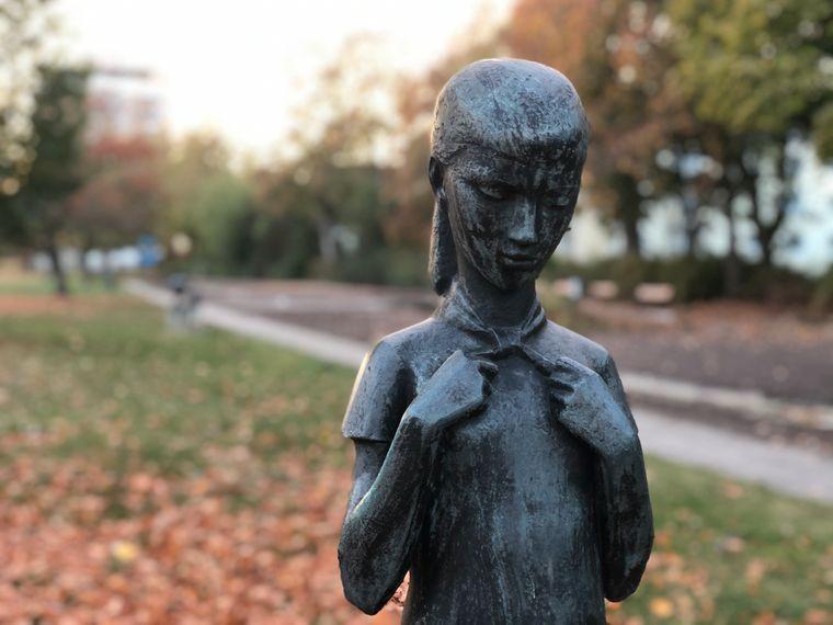 DDR-Plastik eines Mädchens im Gartenfließ Eisenhüttenstadt.