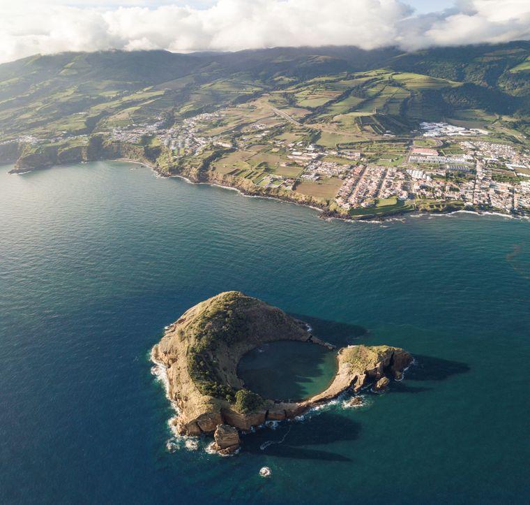 Die Ilhéu de Vila Franca do Campo liegt etwa einen Kilometer vor der Küste.