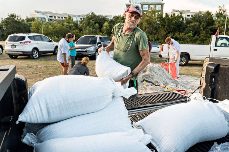 Ein Bewohner in Mount Pleasant in South Carolina stapelt Sandsäcke.