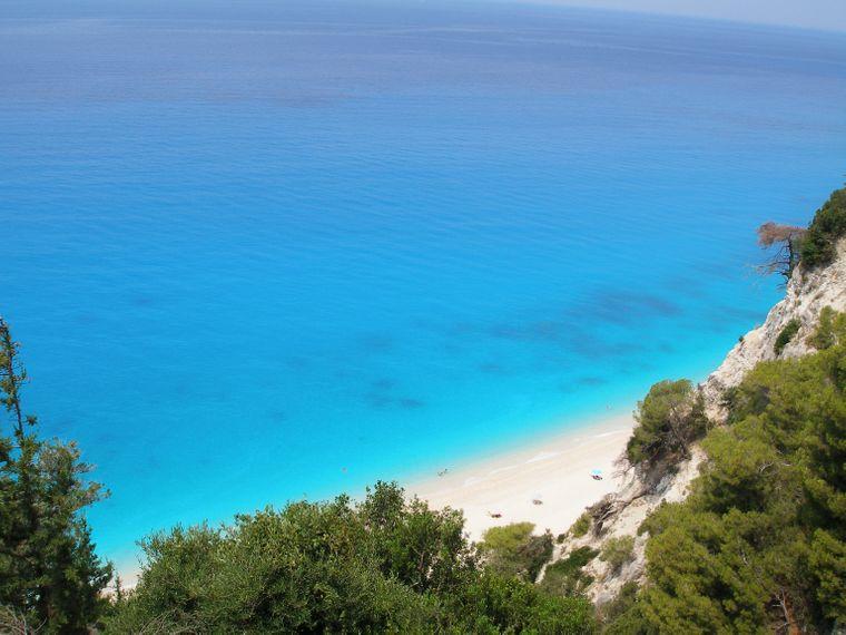 Blaues Meer und weißer Strand in Egremni, Lefkada