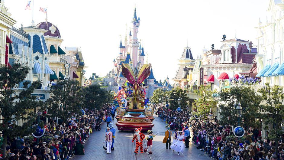Im Disneyland Paris triffst du viele Disney-Figuren.