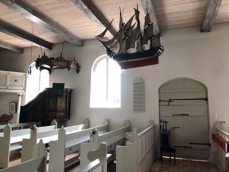 Votivschiffe in der Kirche von Arnis zum Dank für die Rettung aus Seenot.