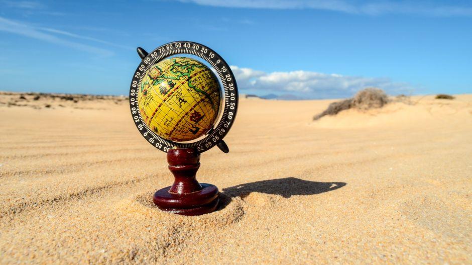 Globus in der Wüste.