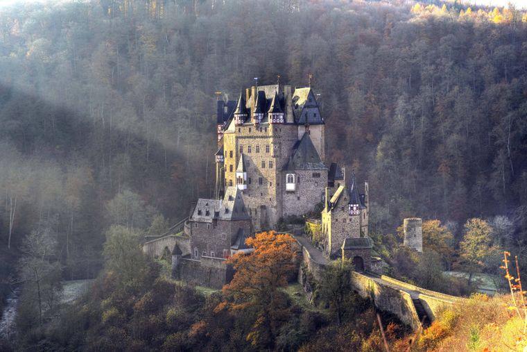 Die Burg Eltz gehört sicher zu den schönsten Burganlagen Deutschlands – und ihre Mauern wurde in 850 Jahren nie überwunden.