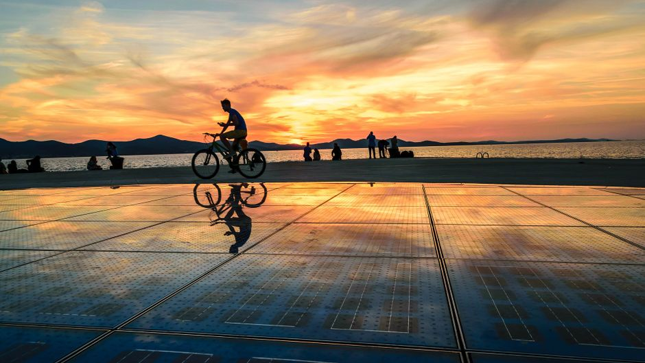 Fahrradfahrer auf der Meeresorgel in Zadar in Kroatien