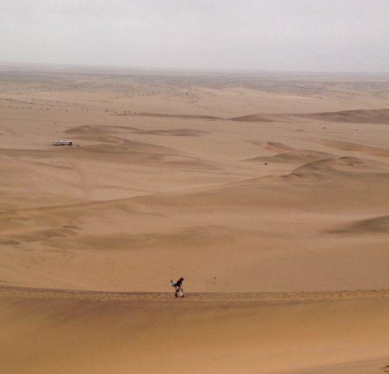 Harter Aufstieg auf die Düne bei Swakopmund in Namibia.