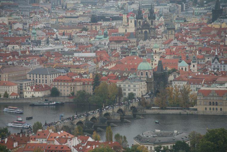 Die Karlsbrücke ist einer der größten Touristenmagnete in Prag.