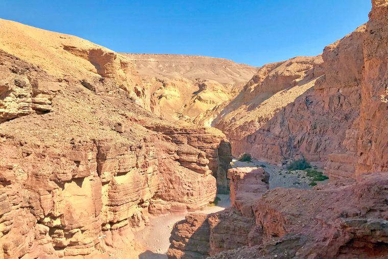 Die karge und trotzdem beeindruckende Landschaft des Red Canyons bei Eilat.