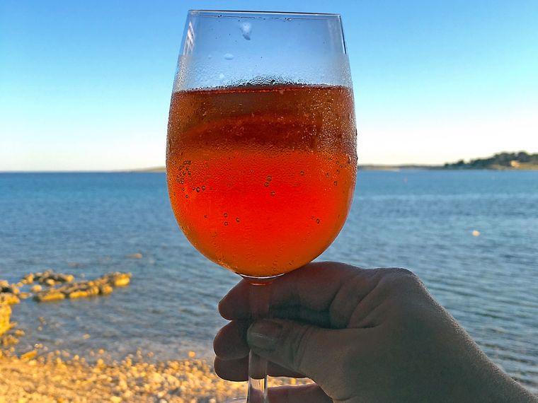 reisereporterin Jasmin lässt den Istrien-Urlaub mit einem kühlen Drink ausklingen.