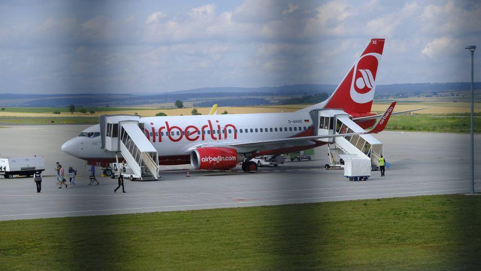 Eine Maschine von AirBerlin am Flughafen