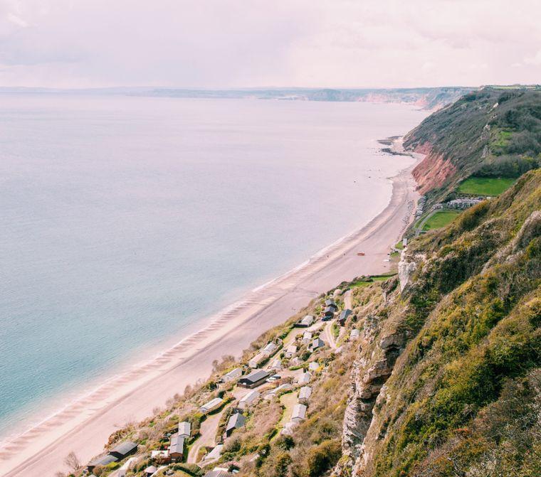Ein steiler Küstenabschnitt in England, Vereinigtes Königreich.
