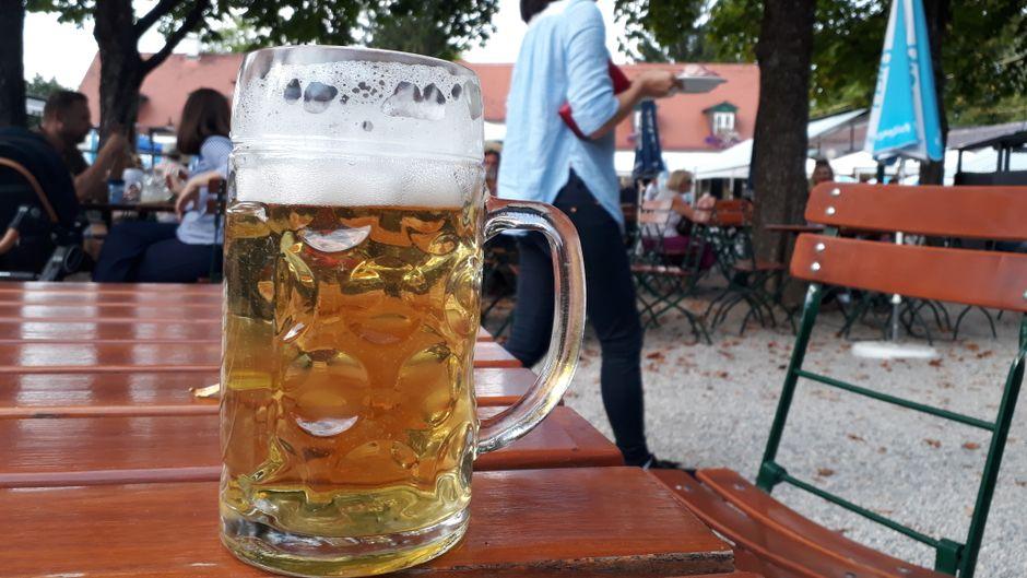 München hat zahlreiche Biergärten, in denen du Bier und Brotzeit in toller Atmosphäre genießen kannst.