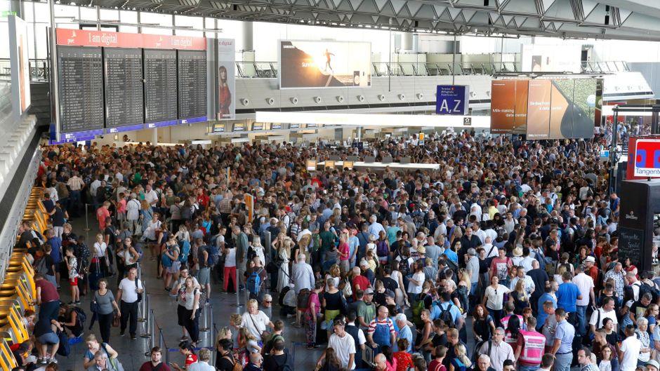 Tausende Urlauber stehen in der Abflugshalle am Flughafen Frankfurt.