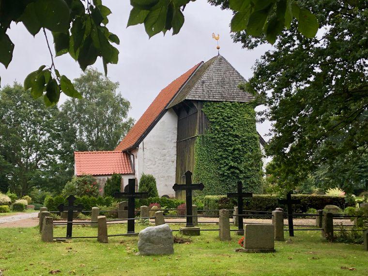 Die weiß gekalkte Kirche von Brodersby.