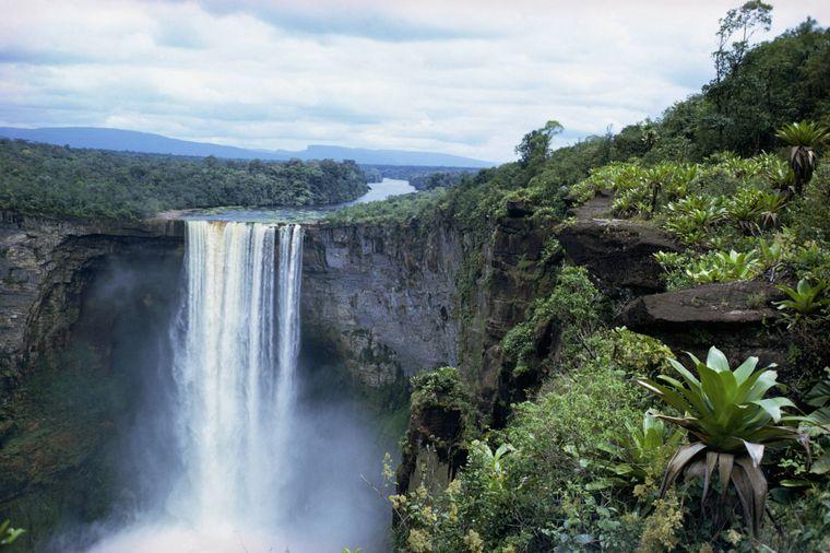 Der Wasserfall Kaieteuer Falls in Guyana.