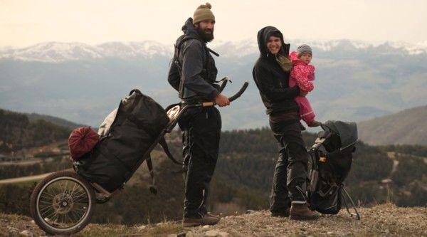 2013 brechen Patrick und Gwen zu ihrer Weltreise ohne Flugzeug auf. Mehr als drei Jahre später kehren sie zurück nach Hause – zu dritt.
