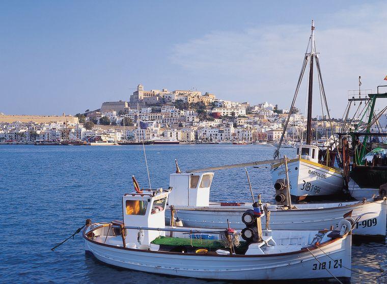 En los años 70, los hippies descubrieron y se quedaron en la isla de Ibiza de camino a la India, y luego llegaron las estrellas.