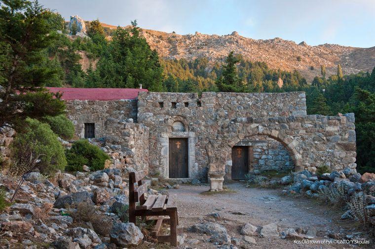 Spannend ist ein Ausflug zur Burgruine von Paleo Pyli in der Gemeinde Dikeos im Zentrum der Insel.