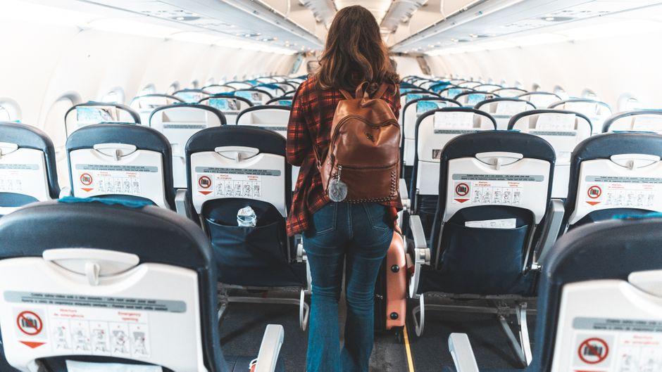 Passagierin auf Fensterplatz im Flugzeug.