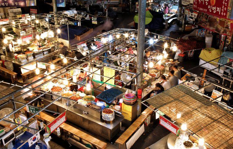 Essen ohne Ende: Auf dem Gwangjang Market in Seoul können sich Besucher von Stand zu Stand futtern.