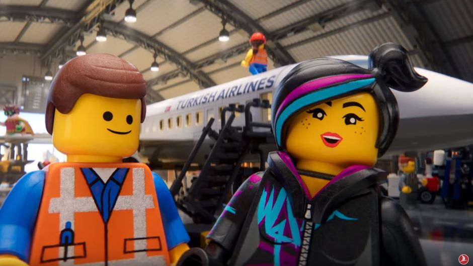 Das neue Sicherheitsvideo von Turkish Airlines entführt dich in die Welt der bekannten Lego-Filme. (Screenshot)