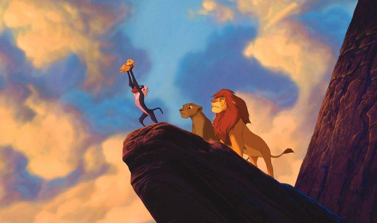 Mufasa präsentiert stolz seinen erstgeborenen Sohn Simba auf dem Königsfelsen. Und den kannst du in Kenia besichtigen.
