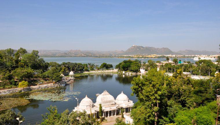 Auf dem Pichhola-See in Udaipur steht der City Palace.