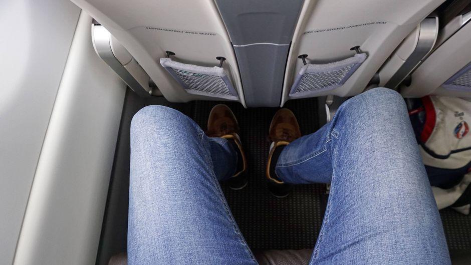 Mangelnde Beinfreiheit wird auf einem Langstreckenflug schnell zum Problem. (Symbolfoto)