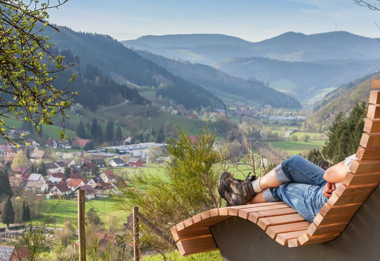 Von der Himmelsliege aus bietet sich ein wunderbarer Ausblick auf Gutach – ganz nebenbei kannst du gut entspannen.