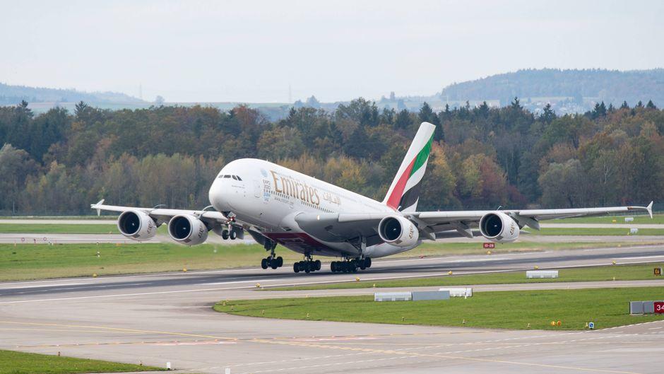 Ein Flugzeug von Emirates startet am Flughafen Zürich.