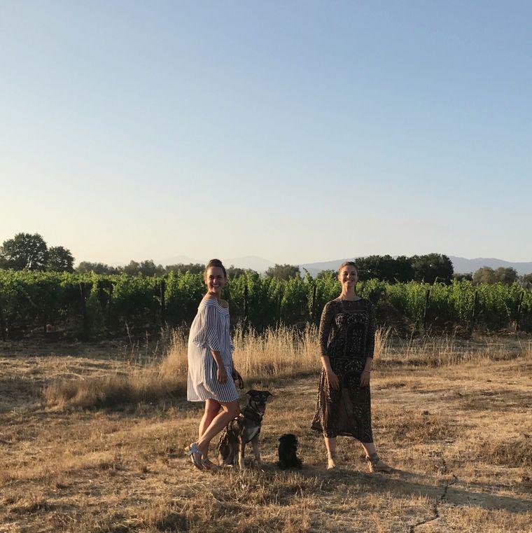 reisereporterin Anina Grosser und ihre Beglietung auf dem Weingut Sasso Tondo, Toskana.