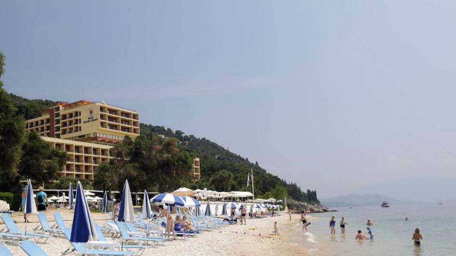 Urlauber am Nissaki Beach auf der griechischen Insel Korfu.