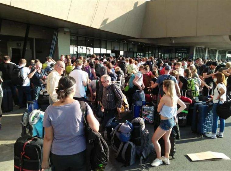 Urlauber stehen gedrängt vor dem Flughafengebäude auf der philippinischen Insel Cebu. Sie alle wollen mit der Rückholaktion der Bundesregierung nach Deutschland.
