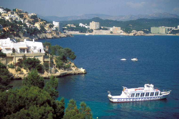 Ein Glasbodenschiff zeigt dir die traumhafte Unterwasserwelt der Küste von Mallorca. Verschiedene Anbieter bieten unterschiedliche lange Touren mit diversen Zielen an.