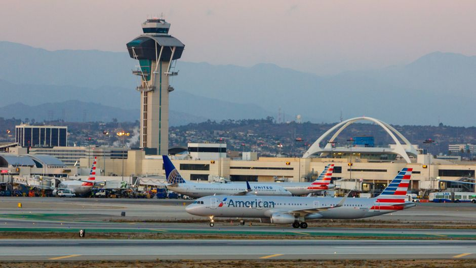 Flugzeuge vor dem Gebäude des Airport Los Angeles