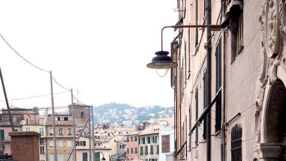 Eine Straße in der Stadt Genua in Italien.