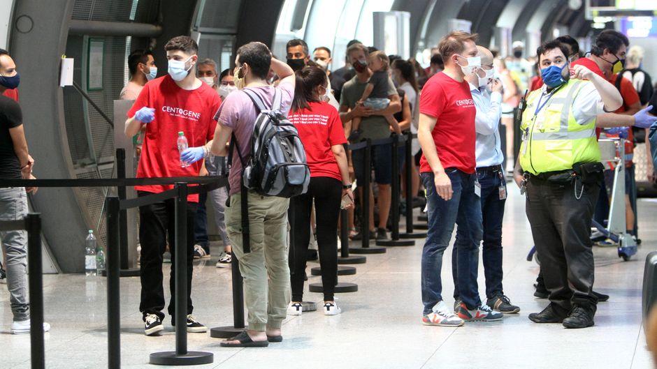 Lange Warteschlange vor einem Corona-Testzentrum am Flughafen in Frankfurt.