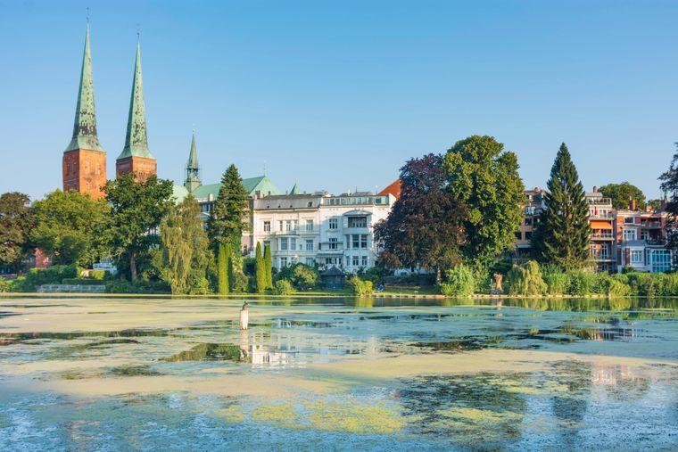 Blick auf Lübeck mit dem Dom und dem Mühlenteich.