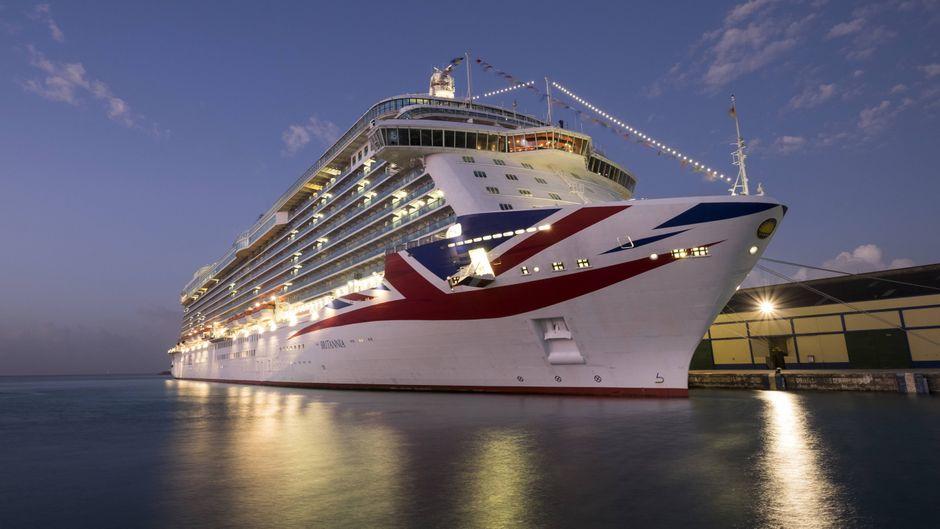 """Kreuzfahrtschiff """"Britannia"""" bei Nacht."""