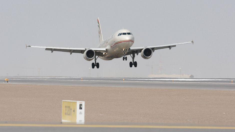 Ein A320 der Etihad-Flotte landet in Abu Dhabi.
