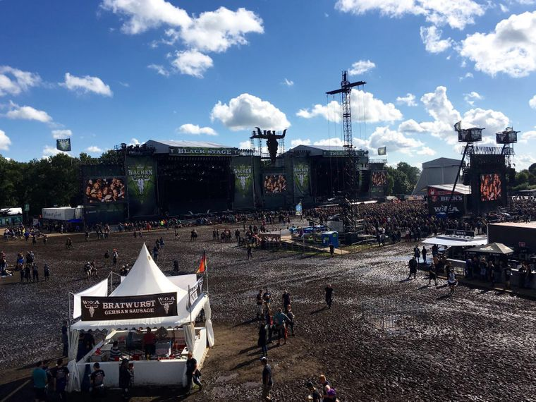 Blick auf zwei Bühnen und Bratwurststand beim Wacken Open Air 2016.
