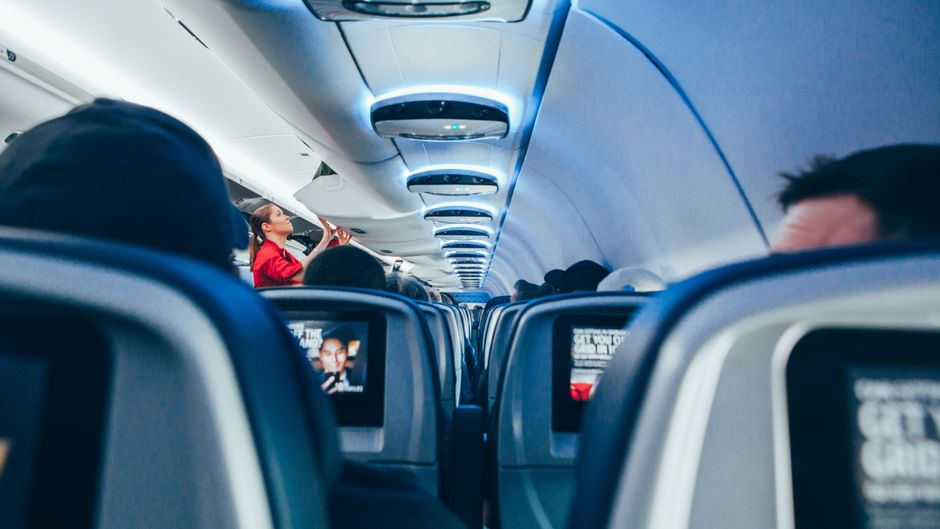 Sitzreihen und Passagiere in einem Flugzeug.
