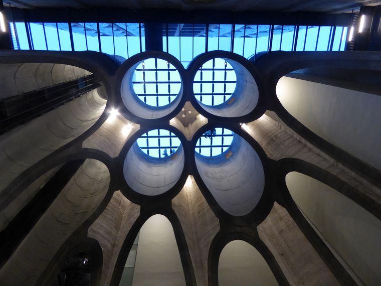 Im spektakulären Atrium des MOCAA sind ausgeschnittene Siloröhren zu sehen.