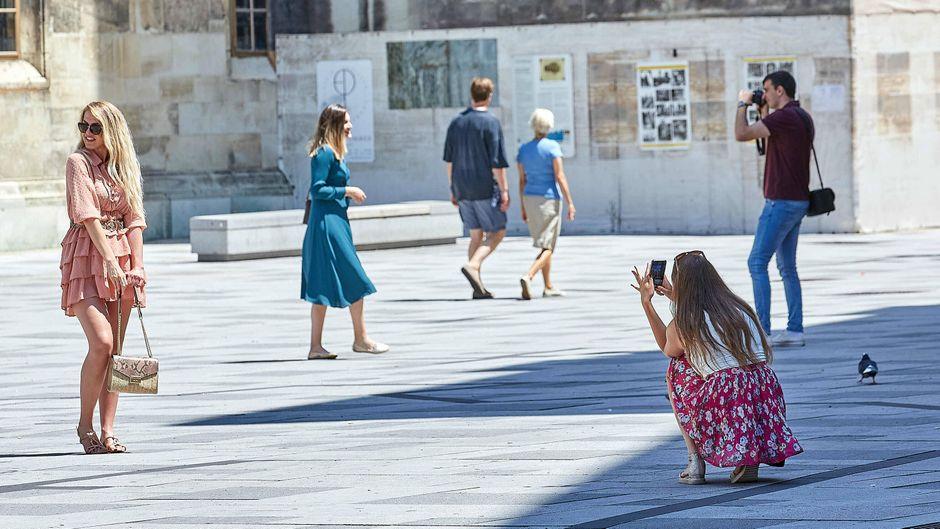 Touristen machen Fotos in Wien – die Stadt gilt inzwischen auch als Corona-Risikogebiet, das Auswärtige Amt hat eine Reisewarnung ausgesprochen.