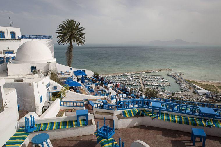 Wunderschön: Die weiß getünchten Häuser des Künstlerdorfes Sidi Bou Said in  Tunesien. Wenn du dort am Strand entspannst und mal Durst hast: Das Wasser kostet 22 Cent.