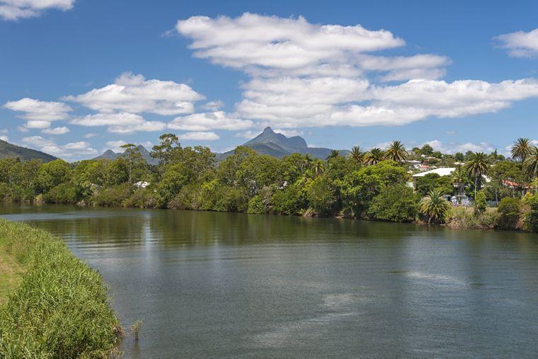 Die heilige und spirituelle Naturstätte liegt im Wollumbin-Nationalpark an der Ostküste Australiens nahe Byron Bay. Touristen kommen, um die Spitze des Vulkans zu erklimmen.