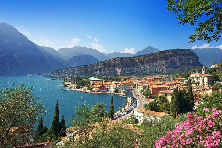 Blick auf die italienische Stadt Torbole am Ufer des Gardasees.