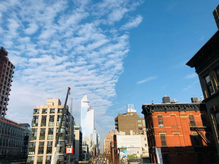 """Blick von der Highline in Chelseaauf den Skyscraper """"30 Hudson Yards""""."""
