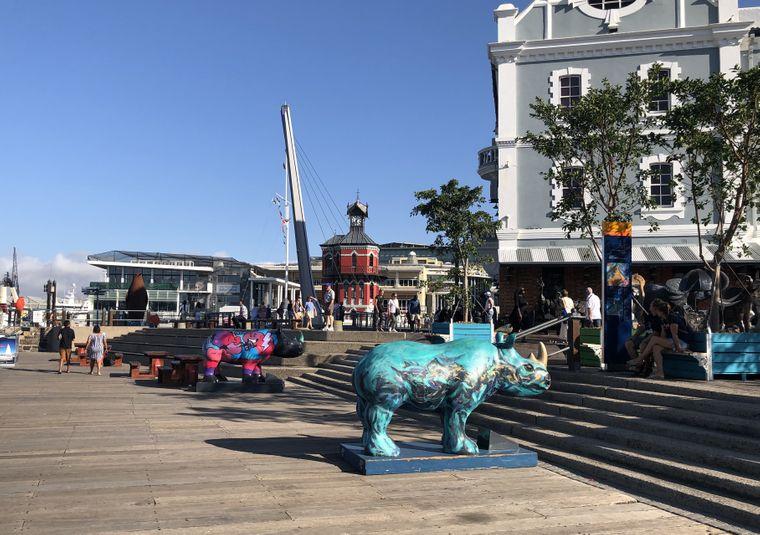 Pralles Leben an der Victoria & Alfred Waterfront: Rund um den alten Hafen Kapstadts befindet sich das bei Einheimischen wie Touristen beliebte Ausgehviertel. Es bietet den Besuchern viele Geschäfte, Bars und Restaurants, aber auch Kunst, Kultur und Fahrgeschäfte.