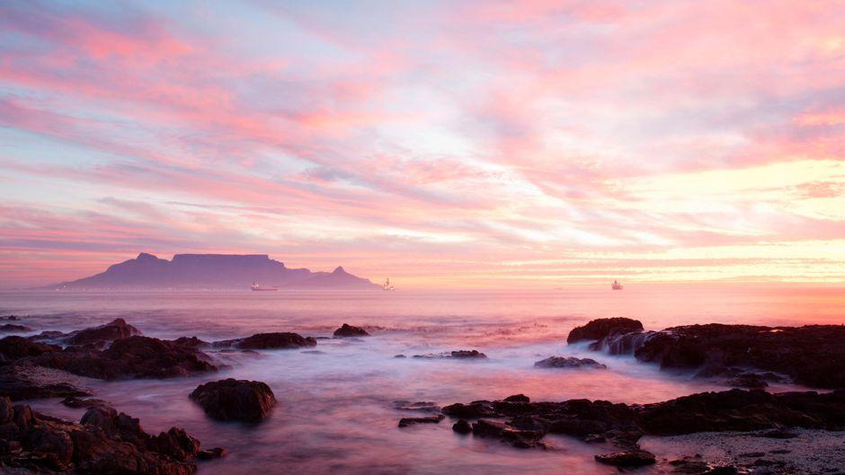 Bei Sonnenuntergang am Bloubergstrand hast du einen besonders schönen Blick auf den Tafelberg.